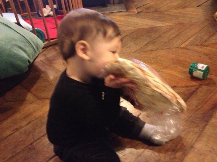 Samuel comendo pão árabe